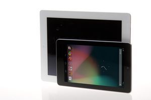 """Om ikke Google Nexus 7 kan kalles """"lommevennlig"""", så har den i hvert fall et mer hendig format enn iPad (bak). Skjermen er i 16:10-format, mens iPad har 4:3-format, noe som gjør Nexus-skjermen bedre tilpasset film. ."""