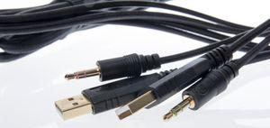 To USB-kontakter, én mikrofonkontakt og én høyttalerkontakt er det som skal kobles til i maskinen din.