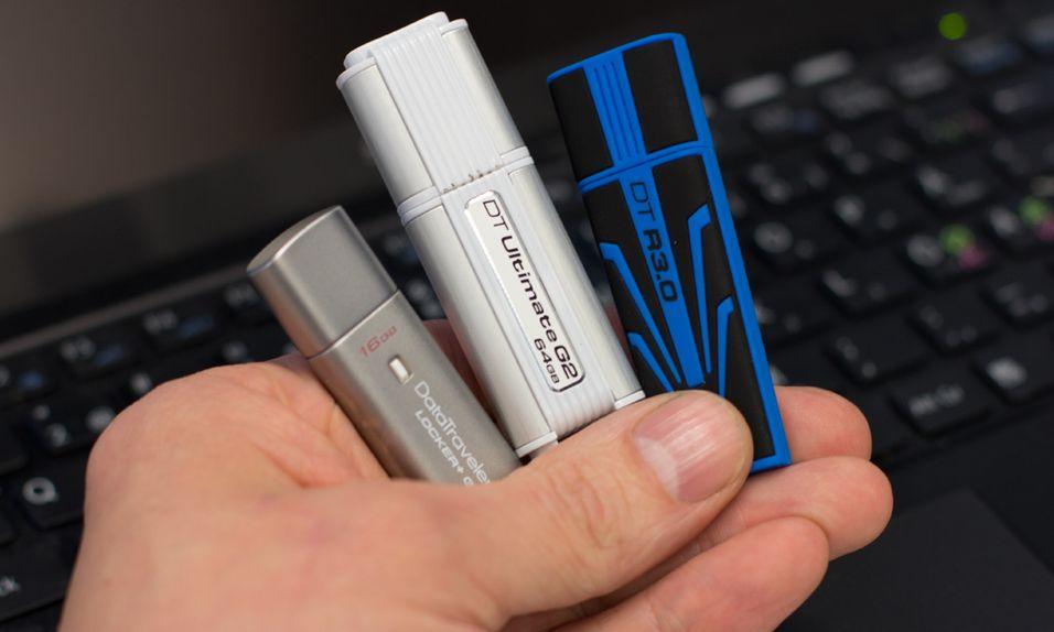 Tre forskjellige minnepinner under lupen