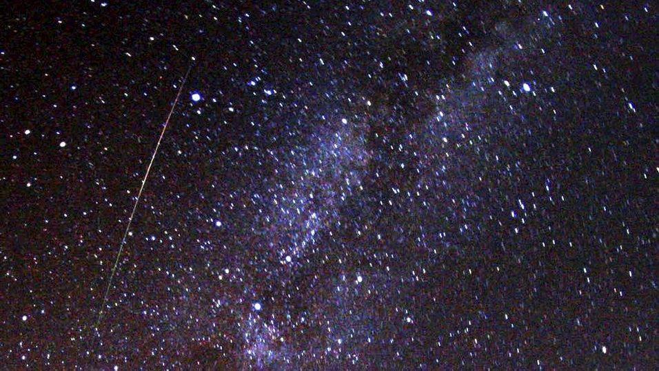 En flerfarget, lang perseide farer over himmelen like til venstre for Melkeveien i 2009.