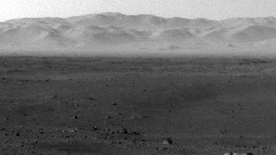 JORDLIGNENDE LANDSKAP: Dette bildet er et av de første NASA fikk tilsendt fra kjøretøyet Curiosity, som landet på Mars mandag norsk tid.