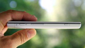 Telefonen er 1,19 cm tykk. På høyre side ser du fra venstre en dedikert kameraknapp, volumknapper og av/på-knapp.
