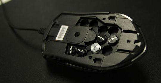 Det er plass til ti ulike vekter på undersiden av musen.