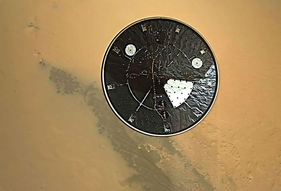 Videoen viser varmeskjoldet som slippes ned, før Curiosity lander på Mars.