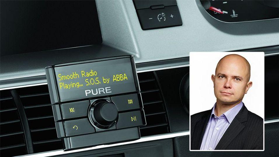 Ole Jørgen Torvmark mener man må leve med at nesten ingen av landets to millioner biler har digitalradio, og at man ikke vil rekke å bytte ut halvparten innen FM-nettet slukkes. Løsningen er forskjellige typer adaptere.
