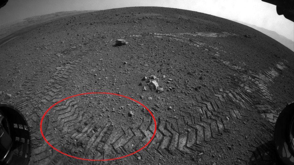 «SKJULTE TEGN»: Når marskjøretøyet Curiosity ruller over marslandskapet trykkes med jevne mellomrom de tre bokstavene JPL i morsekode ned i støvet.