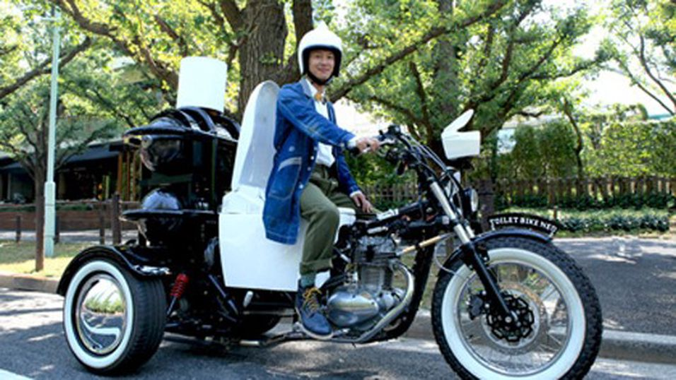 SUSER AVGÅRDE PÅ AVFØRING: Japans største toalettprodusent prøver seg på noe nytt. Denne motorsykkelen går på dyreekskrementer.