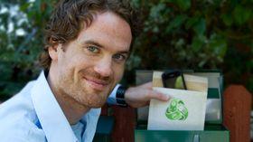 Anders Øie, daglig leder i Pant Mobilen. Selskapet betaler frakt på innsendinger gjennom konvolutten på bildet.