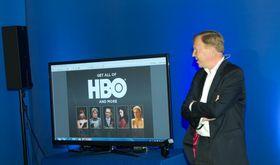 Hervé Payan viser fram et par av seriene som vi får se via HBO Nordic.