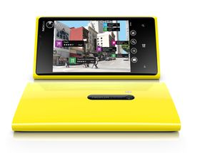Lumia 920 er, som sine forgjengere, laget i ett enkelt stykke plast (polykarbonat). Det skal gjøre at den er ekstra solid, og ikke tar skade av litt røff håndtering.