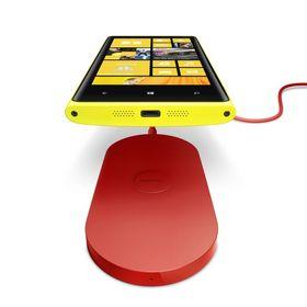 Nokia har sluppet flere tilbehør for trådløs lading av Lumia 820. Dette er en kloss du kan ha liggende på skrivebordet.