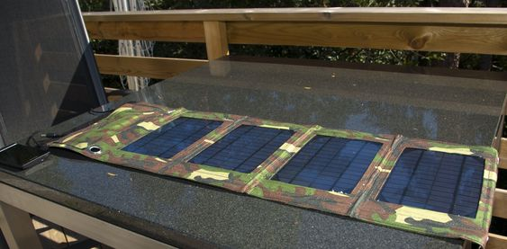 Solcelleladeren fra Mobillader.no foldes ut til en lang remse med fire solcellepaneler.