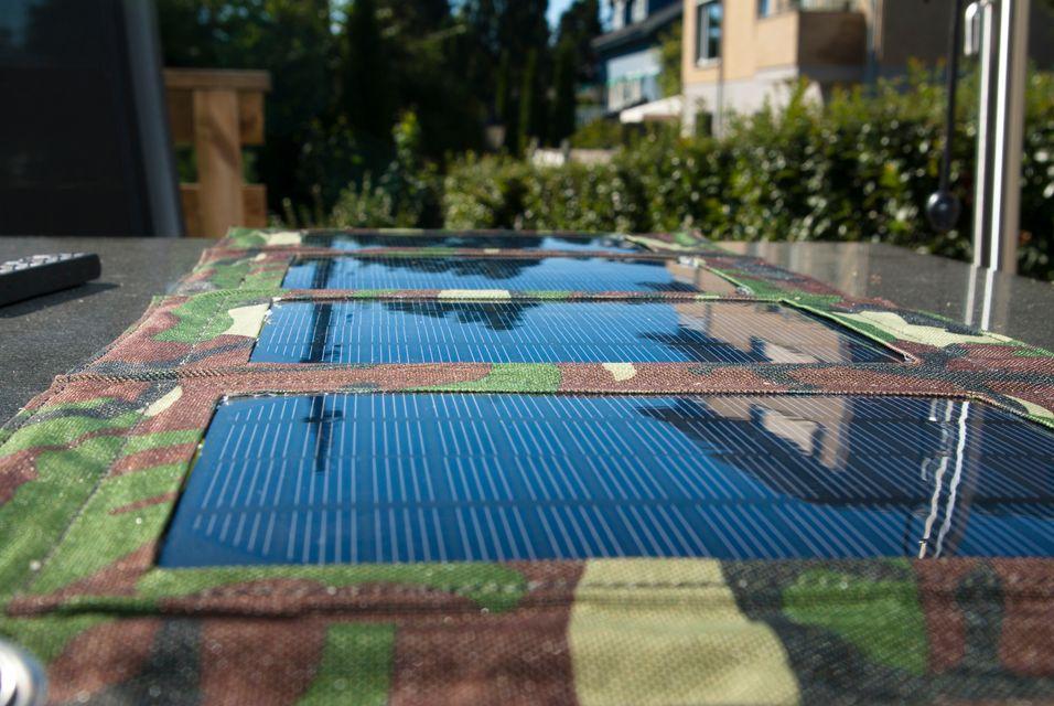 En solcellelader er lett å ta med på tur, og kan lade mobilen din selv når det er overskyet vær.