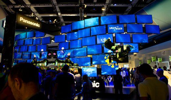 Panasonic har fått en flott stand med en reall vegg av TV-er.