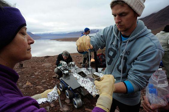TESTET PÅ SVALBARD: Mary Voytek (sjef for NASAs astrobiologiprogram) og Eric Stimpson (Charles River Laboratories i USA) tester en av NASAs rovere for forurensing av mikrober i marslignende terreng på Svalbard.