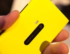 Slik ser baksiden ut. Omtrent midt på er Nokias optisk stabiliserte kamera, som har fått PureView-merkelappen vi først møtte i Nokia 808.