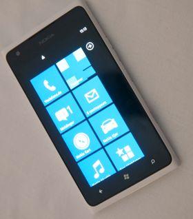 Likheten til forgjengeren, Lumia 900, er slående ...