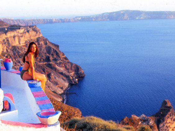 HEFTIG GROP: På dette bildet får man et tydelig inntrykk av gropen, eller kalderaen, vulkanen skapte i 1620 før vår tidsregning. Kvinnen på bildet er forøvrig Lorena Bernal, som besøkte øya i 1999 etter at hun ble kåret til «Frøken Spania».