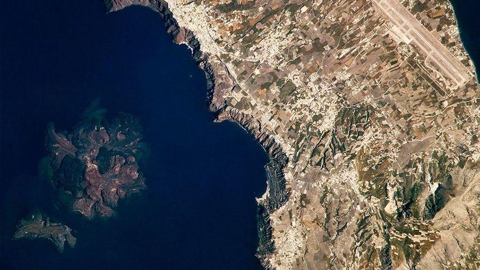 GIGANTGROP: Dette bildet av Santorini og vulkanen ble knipset i 2008 fra romstasjonen ISS. Ferske satelittbilder viser at magmakammeret under øya vokst med så mye som 20 millioner kubikkmeter, nesten 50 ganger størrelsen på Ullevål Stadion.