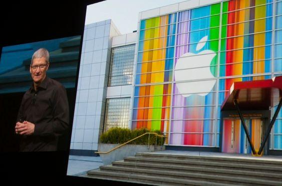 Apple-sjef Tim Cook er på scenen.