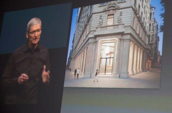 Tim Cook viser bilde av den nye Apple-butikken i Barcelona.