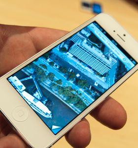 Apple har valgt å erstatte Google Maps med sine egne kart. En stilig, men kanskje ikke veldig nyttig, funksjon er Flyover. Her kan du se bygninger fra alle mulige kanter. Vi hadde fortsatt foretrukket Street View.