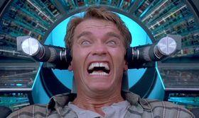 I filmen Totall Recall finner Arnold Schwarzeneggers rollefigur ut at han har fått plantet falsk hukommelse i hjernen sin.