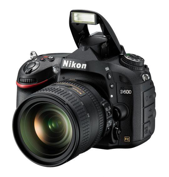 Nikon D600 med blitsen oppe.