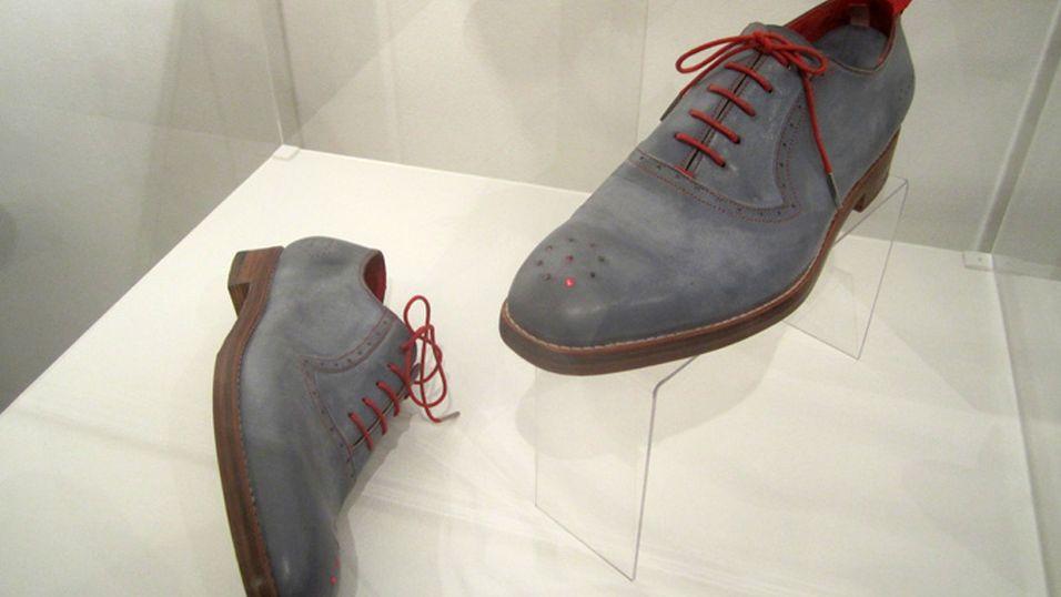 Venstre sko angir retning, mens høyre sko angir avstand.