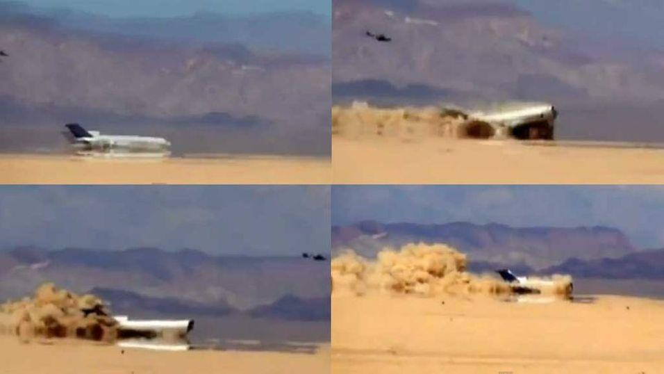 UNIK TEST: Piloten har skutt seg ut og Boeing-flyet styrter i ørkenen i Mexico. Heldigvis er det bare en test, iscenesatt av Discovery Channel og Channel 4.