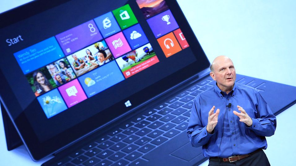 Steve Ballmer viser frem Microsofts Windows 8-baserte Surface-nettbrett under et arrangement i Hollywood i juni 2012.