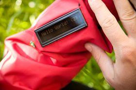 PRAKTISK: I stedet for et telefondisplay er det sydd et display på jakkeermet, som viser en linje med rulletekst. Skal man svare på meldingen, må mobil benyttes.Foto: Gry Karin Stimo.