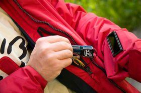 Systemet kommuniserer via Bluetooth med en helt vanlig mobiltelefon.