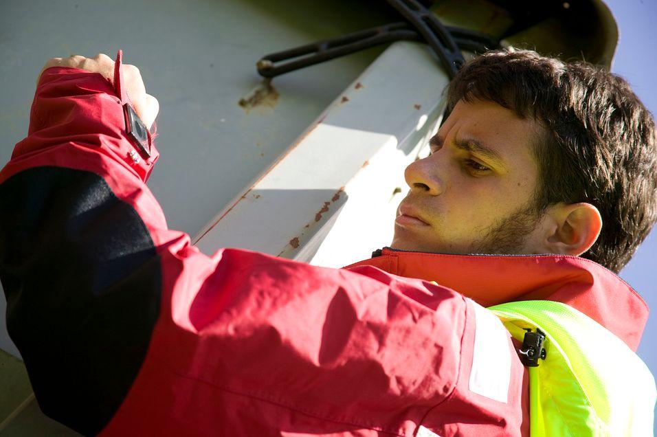 KOMMUNIKASJON UTEN SKJERM: I en ekstrem situasjon kan man ikke forvente at redningsmannskap fikler med en liten mobil. Her tester SINTEF-forsker Thomas Vilarinho jakka.