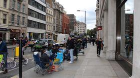 Fra køen i Hanover Street. Campingstoler og solsenger er et vanlig syn natten til salgsstart for iPhone.