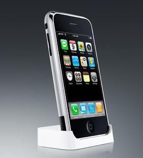 Slik så den første iPhone-en ut. Den hadde enkle menyer som alle forstod, var lynrask i bruk og hadde stor berøringsskjerm.