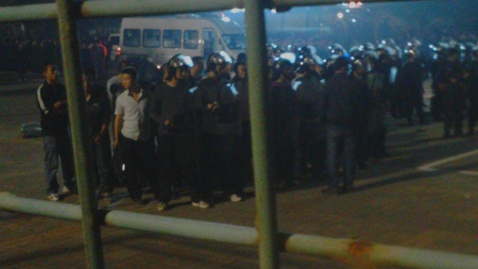 Politiet fikk til slutt roet ned de 2000 ansatte, omtrent klokken tre på natten.