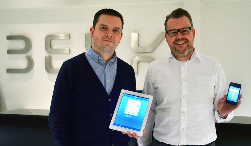 Mobilbanksjef Baard Slaattelid i Sparebank 1 og Jon Fageraas i Bekk Consulting, som står bak Mobilbank-appen.