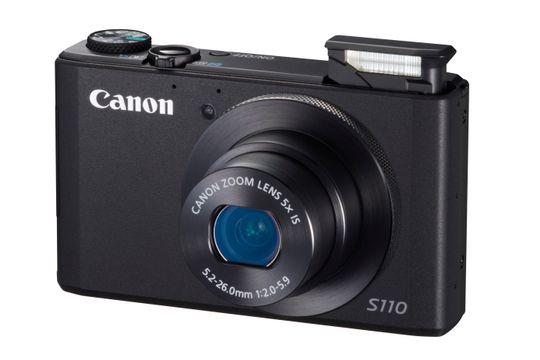 Canon PowerShot S110 med blits oppe.