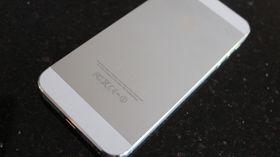 Baksiden er nå i metall, og ikke i glass som på iPhone 4.