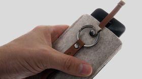 Cooler Master Dorset Pouch har en liten lærstropp øverst som brukes til å løfte telefonen ut av etuiet.