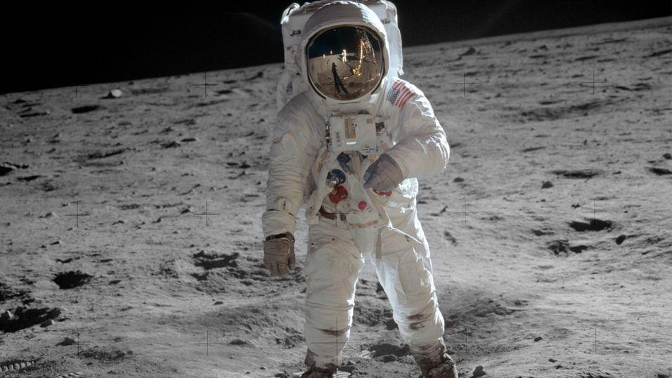 Buzz Aldrin på månen i 1969. Speilbildet av Neil Armstrong kan ses i visiret.