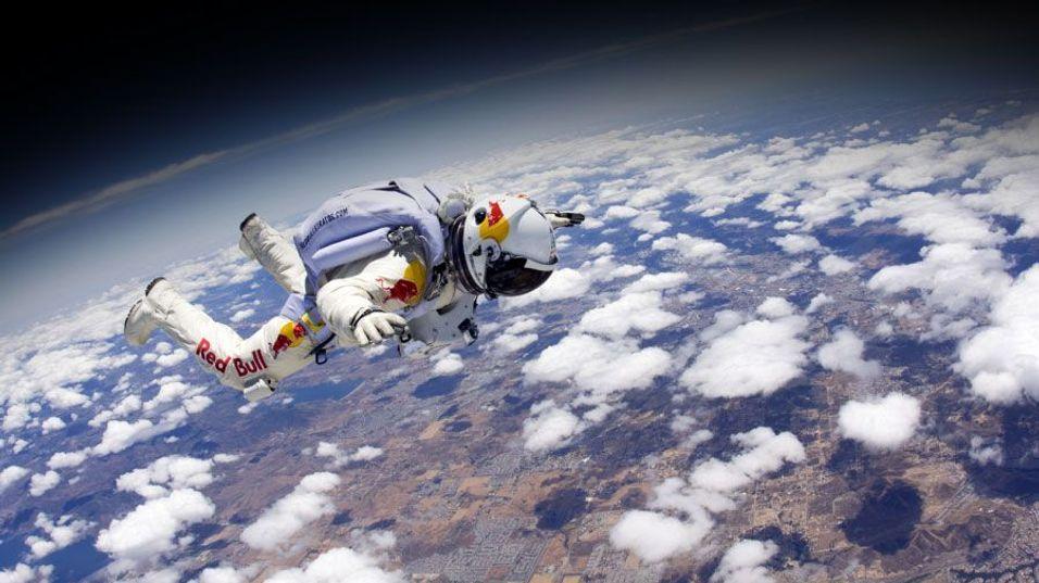 SKAL SLÅ REKORDEN: Helikopterpiloten og fallskjermhopperen Felix Baumgartner (43) skal tirsdag 9. oktober 2012 hoppe fra 36.500 meter. Så høyt har ingen hoppet fra tidligere. Dagens rekord er på 31.000 meter og ble satt så tidlig som i 1960. (Bildet er en delvis illustrasjon).