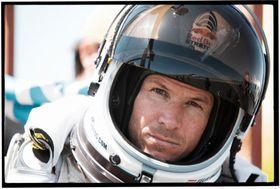 Felix Baumgartner (43) jobber som helikopterpilot når han ikke hopper fra enorme høyder. Her tester han høydedrakter i regi av Red Bull.