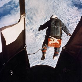 Dette historiske bildet viser Joseph Kittinger i det han hopper ut fra rundt 31.000 meter 16. august 1960.