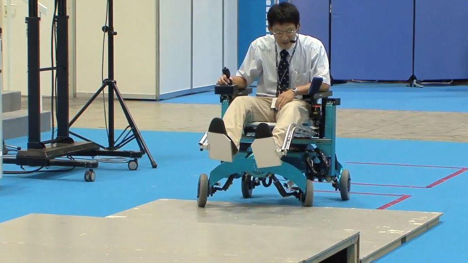 En rullestol som kan både gå og trille. Trappetrinn og ulendt terreng blir ikke et problem igjen.