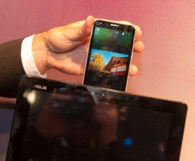 Glansnummeret som brukes til å demonstrere PadFone 2 er fortsatt videoavspilling som går sømløst fra den lille til den store skjermen.