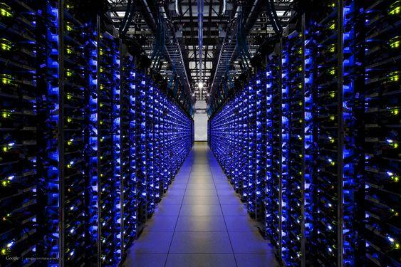 En rekke med servere. Blått lys indikerer at alt står bra til.