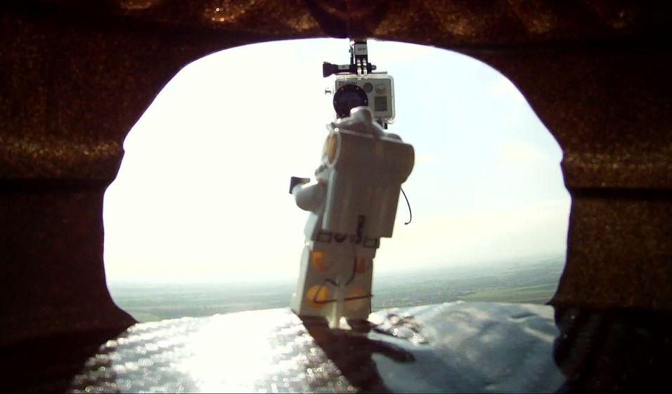 SANNHETENS ØYEBLIKK: Det er like før Lego-Felix skal kaste seg ut fra 122 meters høyde. Her gjelder det å ikke gjøre noe klossete.