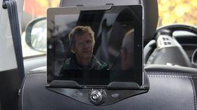 Targus brettholder med iPad på plass. Du har lite å gå på i forhold til justering av vinkel, men så er heller ikke utgangspunktet så ille.